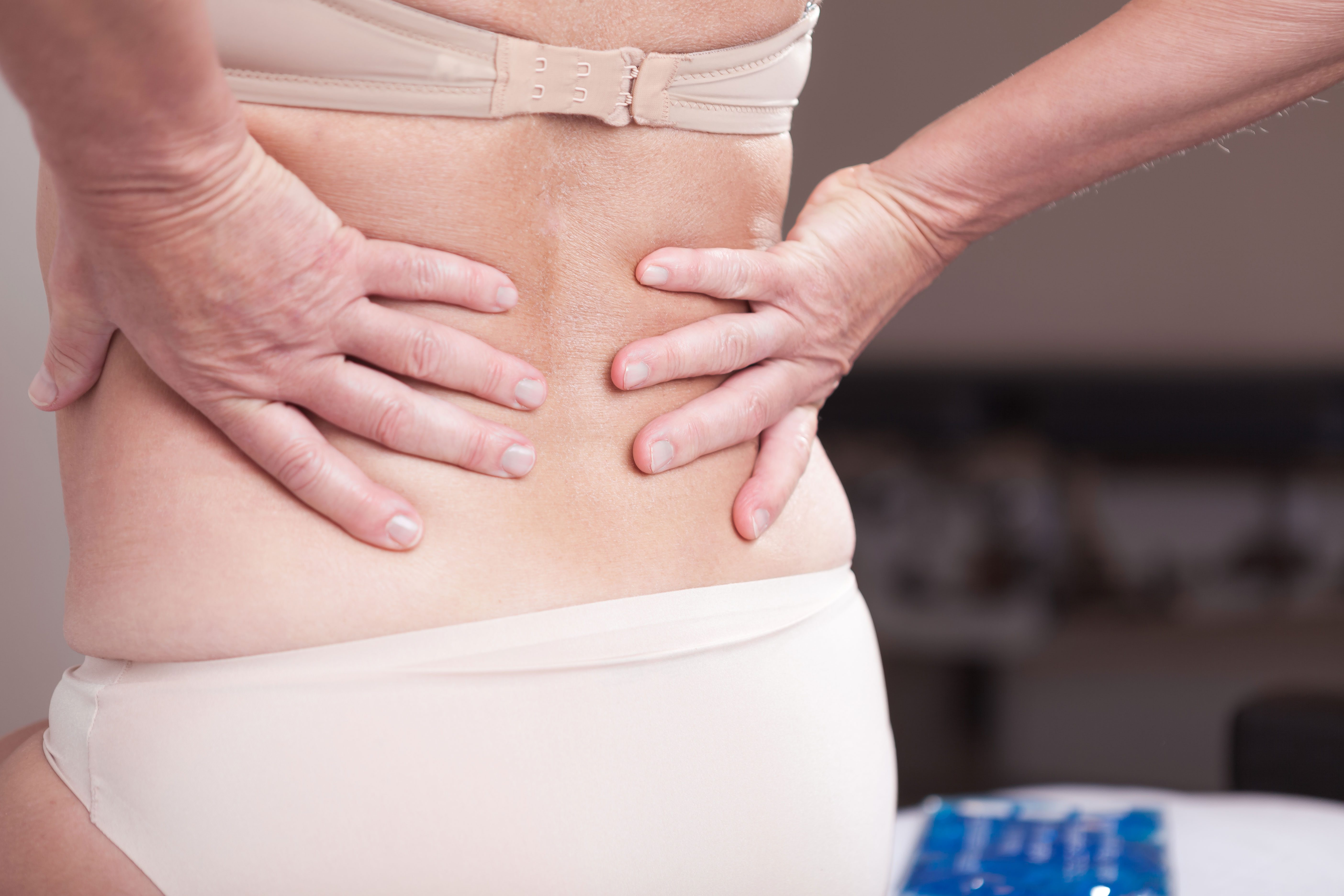 smerter i ryggen stråler ned i benet